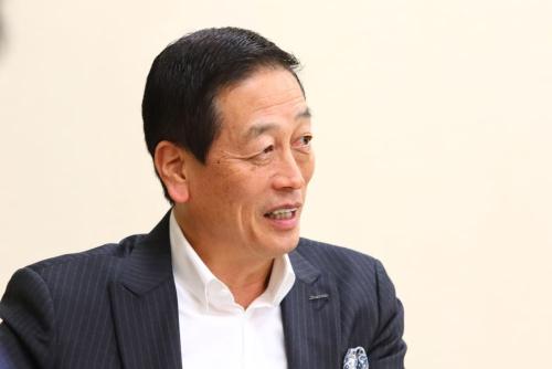 魚谷雅彦(うおたに・まさひこ)氏<br/>資生堂 代表取締役 執行役員社長 兼 CEO。1954年、奈良県生まれ。同志社大学卒業後、1977年、ライオン入社。1983年、コロンビア大学経営大学院でMBA取得。1991年にクラフト・ジャパンに入社。同社代表取締役副社長に就任し、日本での事業の統括責任者を務める。1994年、日本コカ・コーラに入社し、取締役上級副社長 兼 マーケティング本部長就任。 「ジョージア男のやすらぎキャンペーン」をはじめ、日本発のマーケティング発想で「爽健美茶」「紅茶花伝」などのヒット商品を多数手がける。 2001年に日本人としては26年ぶりとなる同社代表取締役社長に就任。2013年4月に資生堂のマーケティング統括顧問に就任。2014年4月より同社執行役員社長、2014年6月より現職。 リーダーには、「コミュニケーションをとりながら人をインスパイアする能力」が必要だと語る。