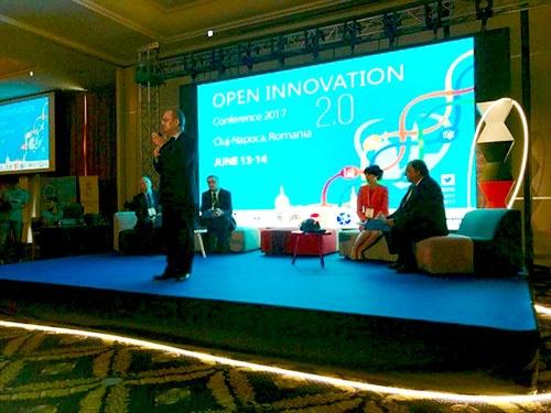 ルーマニア、クルージュ・ナポカでの「オープンイノベーション2.0」会議。中央のスピーカーは第87代首相にして、同市市長、エミール・ボック氏。