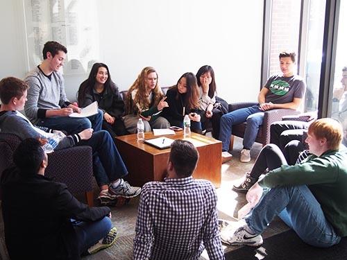 FMEの授業風景。学生らが車座になりビジネスモデルに関する議論を戦わせる