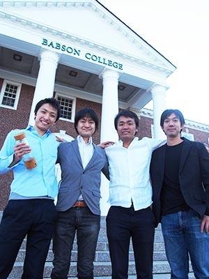 バブソンに留学している日本人留学生。ボストンで「スマートボトル」のベンチャーを立ち上げた河野辺和典氏、製菓会社社長を経て起業を進める田中大貴氏、野村証券から社費留学する平山亮氏、帰国後にファミリー企業を引き継ぐことが決まっている小林単氏(写真左から順に)