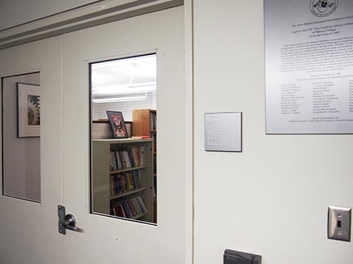 「ビジネス・デベロップメント・ハッチェリー(事業開発ふ化場)」のプレートが掛かる部屋。学生が起業後に無料でオフィスとして使うことができる