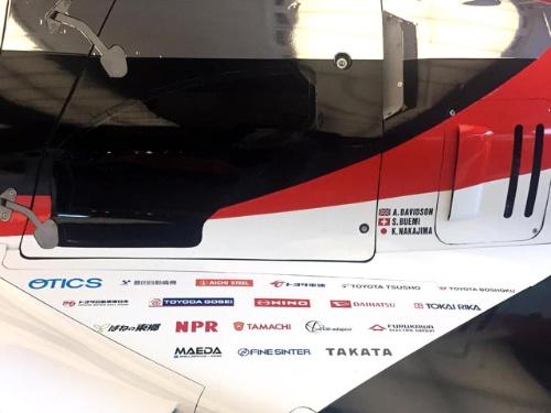 運転席の横に描かれた、協力メーカーのロゴ