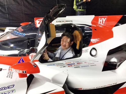 「トヨタ・ガズーレーシング(TGR)」が世界耐久選手権に送り込むレーシングカー、TS050ハイブリッドのコクピットに座ってご機嫌の米内淨タマチ工業社長。3月の一般向けイベントで、行列に並んで乗り込んだ。