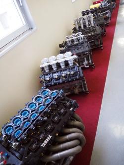 本社工場の廊下にずらりと並ぶ、同社が手掛けてきたレーシングエンジン