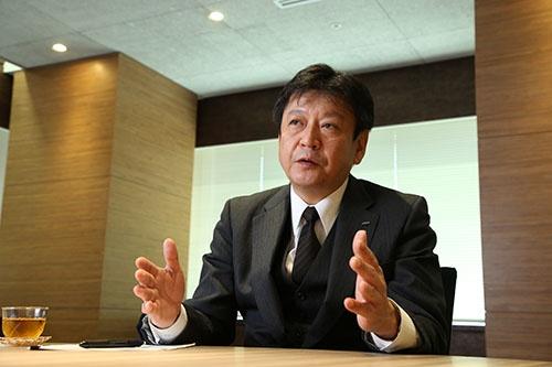 次期社長の小早川智明氏。日経ビジネスのインタビューでは「(ホールディングス社長打診は)寝耳に水だった」と答えた(写真:陶山勉)