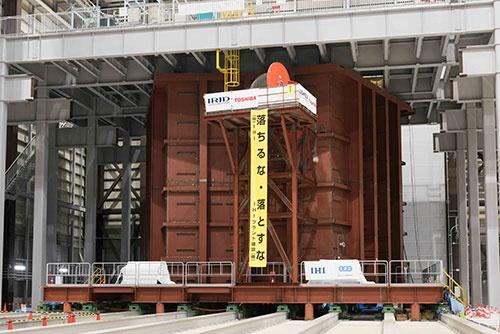 日本原子力研究開発機構の楢葉遠隔技術開発センター(福島県楢葉町)では、原子炉の一部を再現した巨大な施設で核燃料デブリを回収する実証実験が行われようとしている。