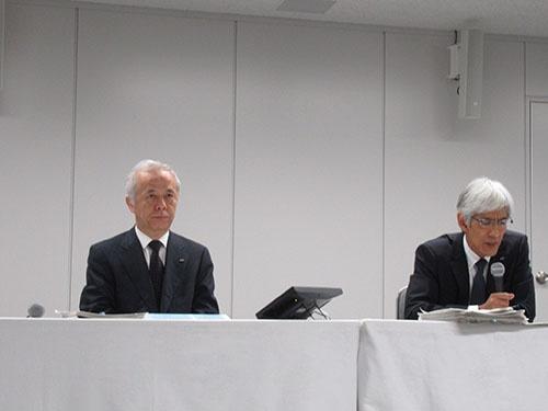 5月11日、東京電力の広瀬直己社長(左)は再建計画を発表した