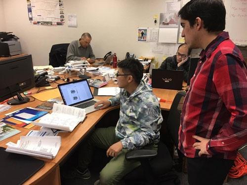 12月の終わりに、新戦力のソフトウェアエンジニア吉川君が出張でやってきました。水道配管の図面を広げ、解析ソフトを書いています