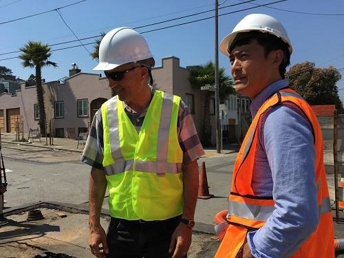 昨年8月下旬、ラースさんと一緒に水道工事の現場へ。僕たちのロボットが水道管を走れることを確認、リアルな手応えが