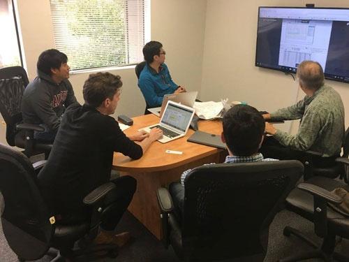 社内のミーティングです。たまに助けてくれているMattiも写っています。7人プラスアルファで、さらに前へ
