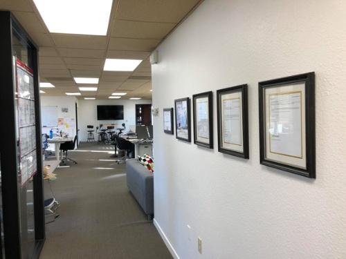オフィスの壁には「殿堂入りメール」=会社が動いた瞬間を彩ったメールが飾ってあります。どれもラースさんが作ってきた成果です