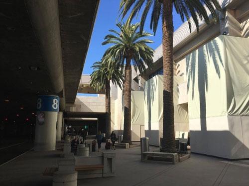 サンタ・アナ空港到着。ちなみに正式名称は、当地に住んでいた名優の名を取ったジョン・ウェイン空港です。空港を出て、ディスニーランド・ホテルへ