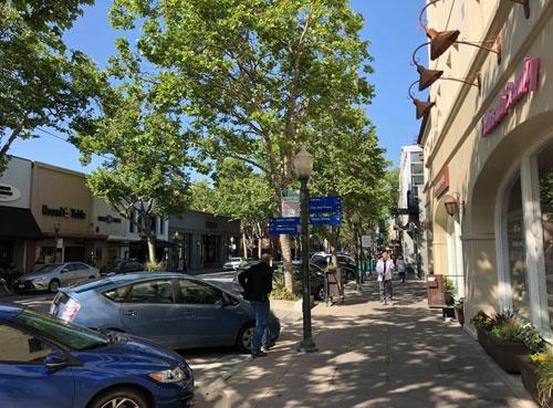 資金調達に走り回る途中、疲れて寄ったパロアルトの街並みです