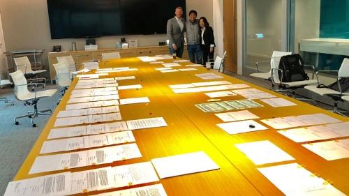 弁護士事務所にて。今回も弁護士のナンシーさん、エリックが助けてくれました。アメリカのM&Aはサインする書類が山のようにあります