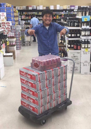契約関連の作業で疲れたヒロに、近所のスーパーでダイエットコーラ300缶とモンスターエナジー1ケースの差し入れを。エネルギーを充填して、さらに僕たちは加速します