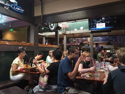 スタンフォード大学近くのハンバーガー店。ここでラースさんや日本から来たエンジニアなどといろいろなことを話す