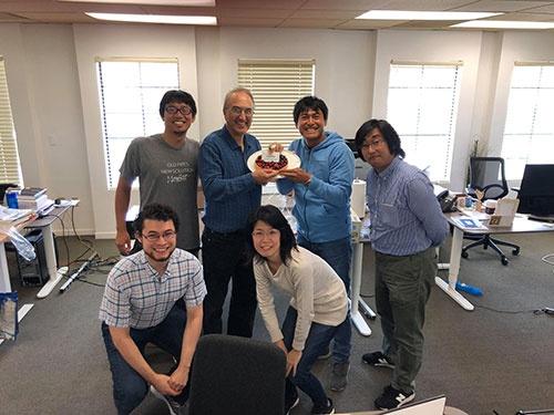 M&Aが終わり、オフィスで小さなお祝いをやりました。吉川君やヒロ、インターンのエイモン(左下)、ソフトウェアエンジニアにアイコさん(右下)も一緒です