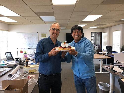 ラース&崇、再び。ケーキを手に