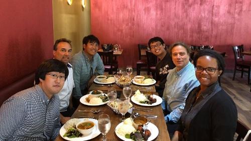 右手真ん中(吉川君とアイリーンの間)がジョエルです。インド料理を食べに行きました