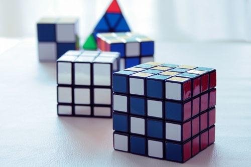 ビジネスは多面的で、それぞれの面が関連し、相乗効果があったり、打ち消し合ったり。試行錯誤しながら、解決策を探っていく