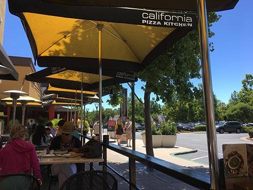 色々と大変なことがあるので、できるだけコーヒーは外のテラス席で飲むことにしています。カリフォルニアの天気の良さに、悩みも吹き飛びます。