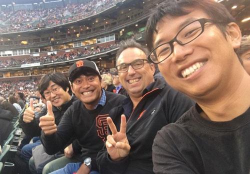 全米営業ミーティングの最終日にメジャーリーグベースボール、サンフランシスコ・ジャイアンツ戦を観に行きました。キャップも買ってしまった僕の左がヒロ、右がダグと吉川君。よいリフレッシュになりました