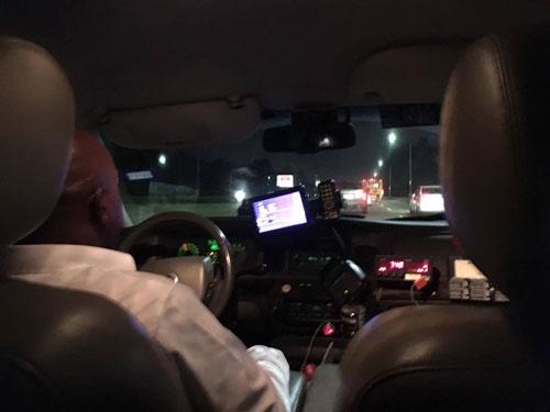 ウィリアム・ホビー空港の薄暗い地下の車寄せでタクシーに乗り、ひとまずホテルへ
