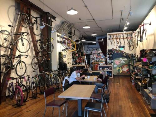 ラースさんオススメのカフェで、自転車たちに囲まれてランチを