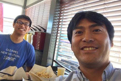 特大ハンバーガー並みに加藤がデカく映ってますが、奥が吉川君です