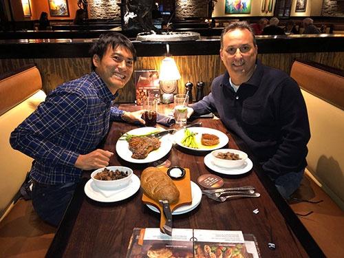 ダグとステーキハウスへ向かう途中で、そして肉を食べながら、色々な話をしました