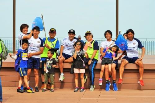 沖縄SVの選手も子供たちなど一般参加者とともにウォーキングを楽しむ。新たなサポーターの獲得につながることにも期待