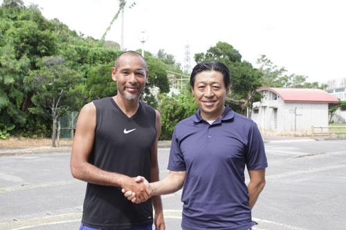 スポーツ総合研究所代表取締役・広瀬一郎さんと、沖縄のスポーツ活性化に向けて固い握手を交わしました