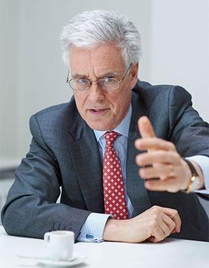 アデア・ターナー(Adair Turner)氏<br /> 英シンクタンク、インスティテュート・フォー・ニューエコノミックシンキング会長。1955年生まれ。米マッキンゼー・アンド・カンパニー、米メリルリンチ(現バンク・オブ・アメリカ・メリルリンチ)などを経て、2008年から2013年まで英国の金融行政の監督機関FSA(金融サービス機構、現在はFCA=金融行為監督機構とPRA=健全性規制機構に分割)長官を務めた。最新著作『Between Debt and the Devil』でヘリコプターマネーの導入を説いている。(写真:永川智子、以下同)