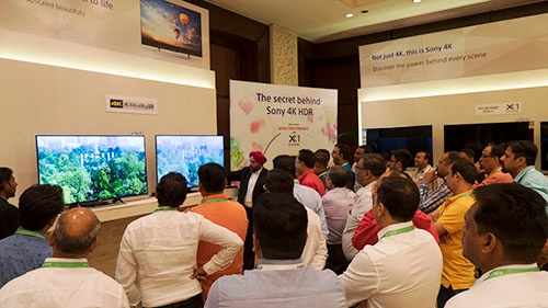 インドの有力販売店を招いて新製品の説明をする。末端の担当者まで数字を意識させる営業改革に取り組んだ