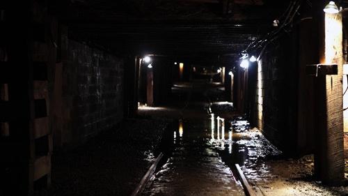 閉鎖された炭坑内部。天井は低く、作業環境は劣悪だ(写真:Retsu Motoyoshi)