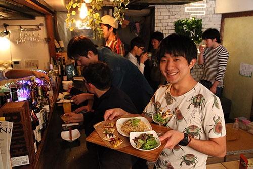 「地球少年」こと篠原祐太さん(右)。昆虫食の楽しさを伝えるイベントも企画している(写真:陶山 勉)