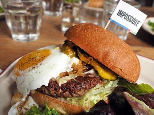 サンフランシスコのレストランで食べることができる「インポッシブル・バーガー」。価格は19ドル(写真:林幸一郎)