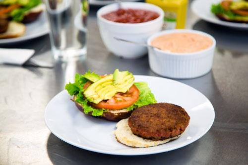 ハンバーガーのバンズで植物肉やトマト、アボガドなどを挟んで食べた。見た目にはほとんど「植物肉」であることは分からない(写真:鈴木香織)