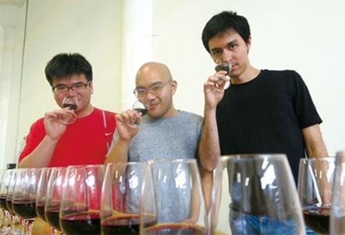 合成ワインを開発するアヴァ・ワイナリーのアレック・リー共同創業者(右)ら