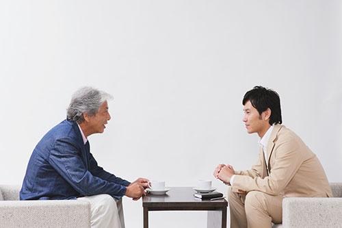 同族経営は世代をまたいで事業を引き継ぐ。その分、長期的な視点を持つといわれるが……(写真:アフロ)