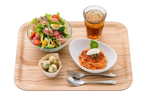 ミアクッチーナの看板商品「生ハムの彩りサラダとハーフパスタのセット」(税込み980円)。添えられている海藻入りの揚げパン「ゼッポリーニ」は、ミアクッチーナのオリジナル商品