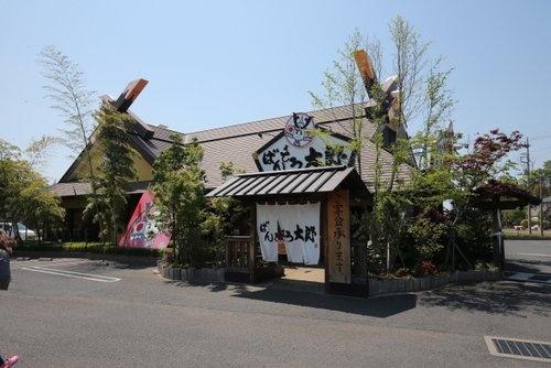 和食ファミリーレストラン「ばんどう太郎」古河店(上、茨城県古河市)。家族連れで食事を楽しみ、3世代での利用も多い(下)(写真2点:都築 雅人)