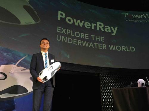 北京でハイテクベンチャーが集積する「海淀区」でパワービジョンを創業したウォーリー・ジャンCEO(最高経営責任者)。手に持つのが期待の水中ロボット「PowerRay」