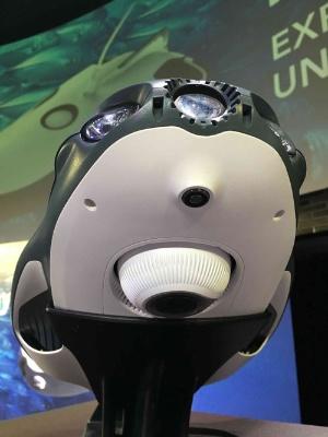PowerRayを下から見たところ。先頭に魚を惹き付ける「魚群誘導燈」が付いている。下側の白い丸い部分に「独立型の魚群探知機」が装着できる(オプション)