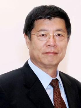 <b>梁新清</b>(リャン・シンチン)氏</b><br/>1952年北京生まれ。北京化工大学、中国社会科学院研究生院卒。京東方科技集団(BOE)副董事長や北京旭硝子電子玻璃会長などを歴任。現在は中国光学光電子行業協会液晶分会秘書長のほか中国電子視像行業協会副会長、中国硅酸塩学会電子玻璃分会理事長を務める。