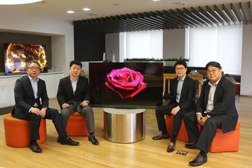 韓国LG電子で有機ELテレビ事業を手がける4人の担当者。左から、OLEDTVプロダクトサポートタスクチームリーダーのイ・フィヨン氏、テレビプロダクト戦略チームのペク・ソンピル氏、HEマーケティングコミュニケーション担当役員、イ・ジョンソク常務、HE海外販売マーケティンググループディレクターのイ・ユンソク氏(写真:シン・スクミン)