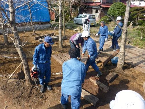 鉄道マンが木を植えていく