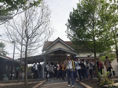 養老渓谷駅前は木々が茂り始め、人々が集まり、風景が一変した