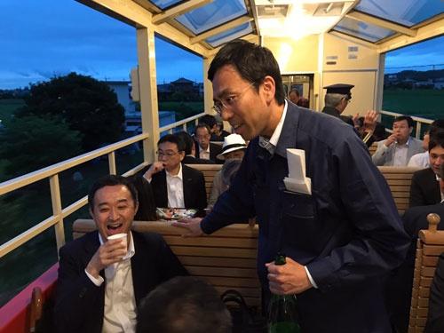 夜にビール飲み放題のトロッコ列車を走らせ、石川晋平社長も人々の輪に加わる