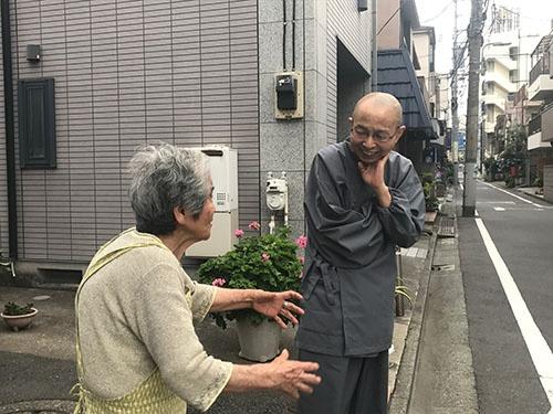 隣に住む平山とめさんと、路上で話し込む